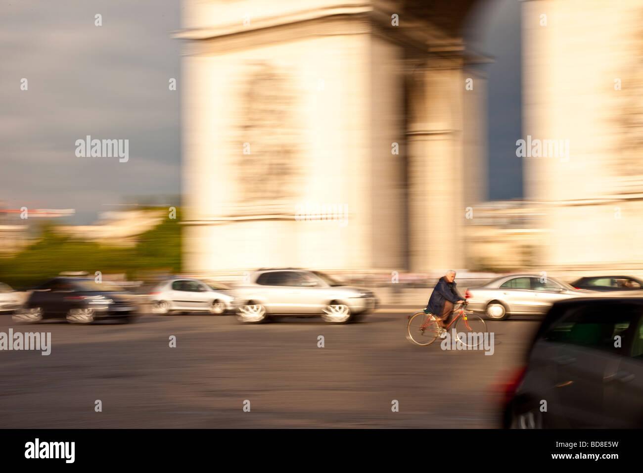Brave bicycle rider at Arc de Triomphe, Paris France - Stock Image