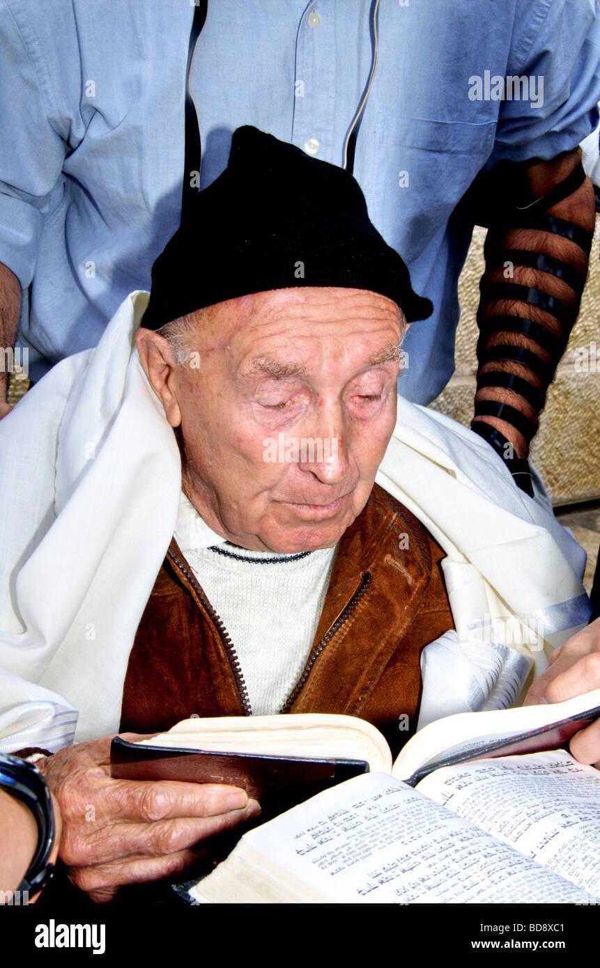 Old Jewish man prays - Stock Image