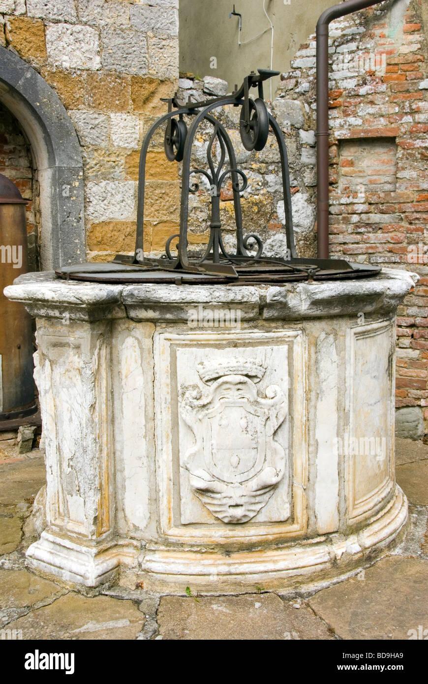 Stone well in Montefolonico - Stock Image