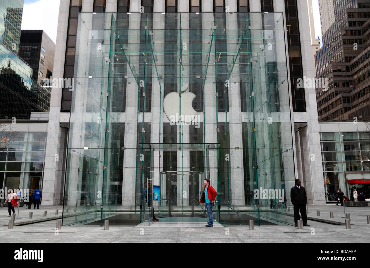 The glass cube entrance to the Apple Store on Fifth Avenue, Manhattan, New York, United States. Stock Photo