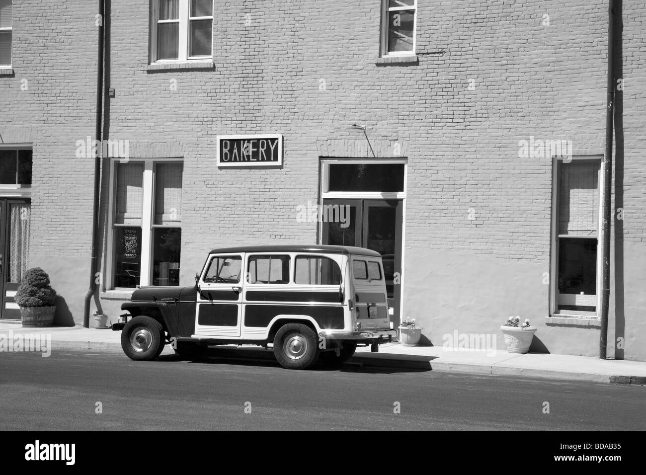 Antique Willy's parked in front of red building, Palouse Washington - Stock Image