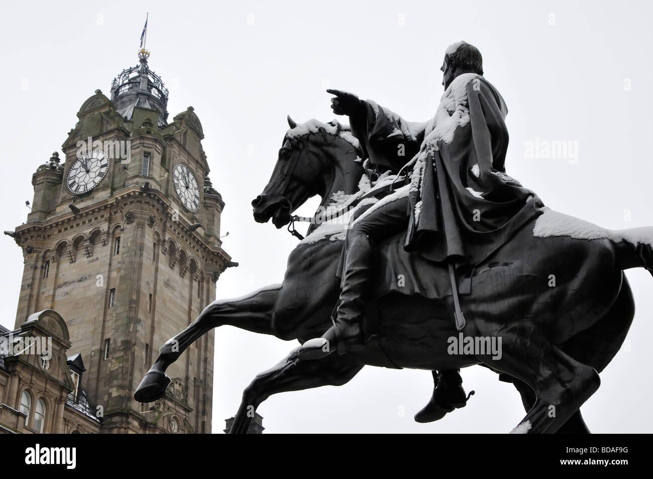 Statue of the Duke of Wellington and the tower of the Balmoral Hotel, Edinburgh, Scotland, UK. - Stock Image