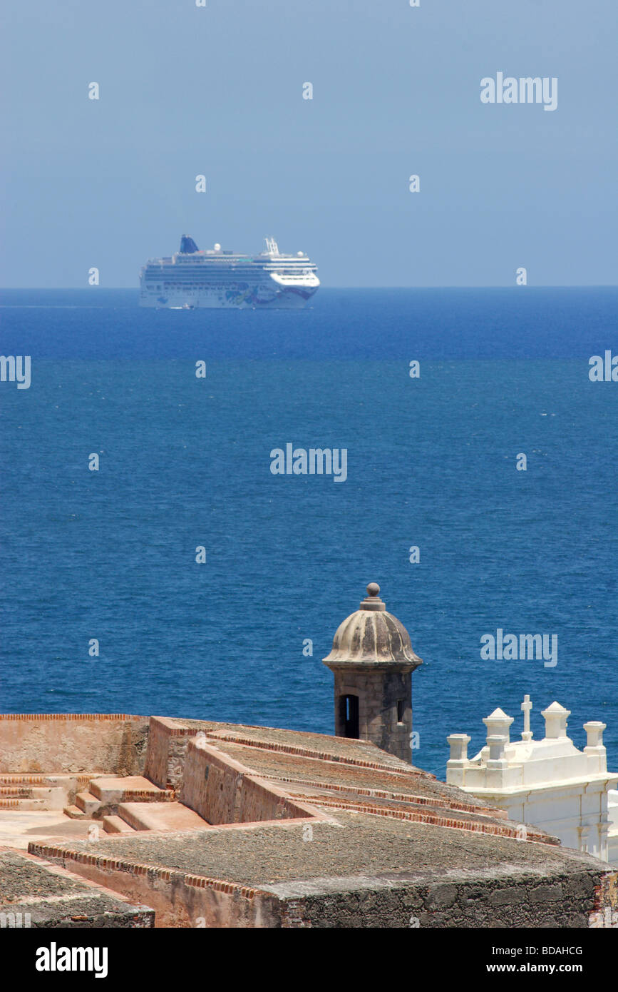 Cruise ship appears behind the Castillo de San Felipe del Morro in old San Juan, Puerto Rico - Stock Image