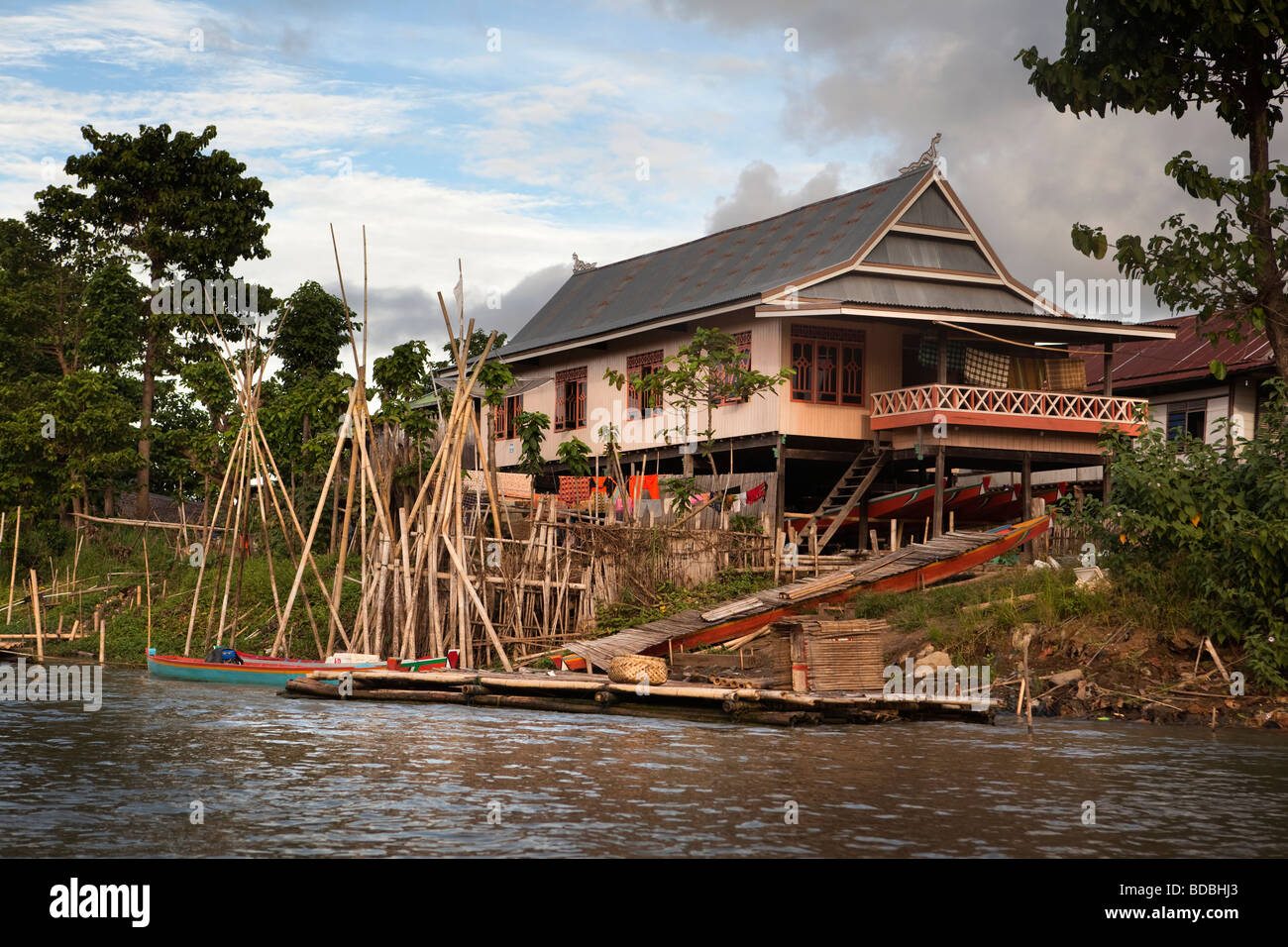 Indonesia Sulawesi Sengkang substantial wooden house on banks of Sungai Walanae river - Stock Image