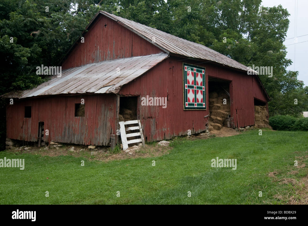 Quilt hanging on old red barn, Batchtown, Illinois - Stock Image