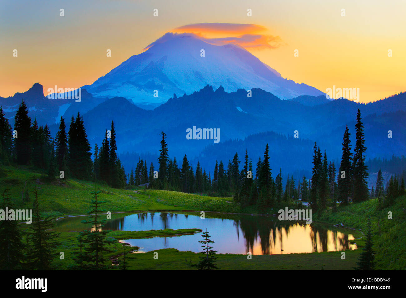 Mount Rainier at sunset from Tipsoo Lake - Stock Image