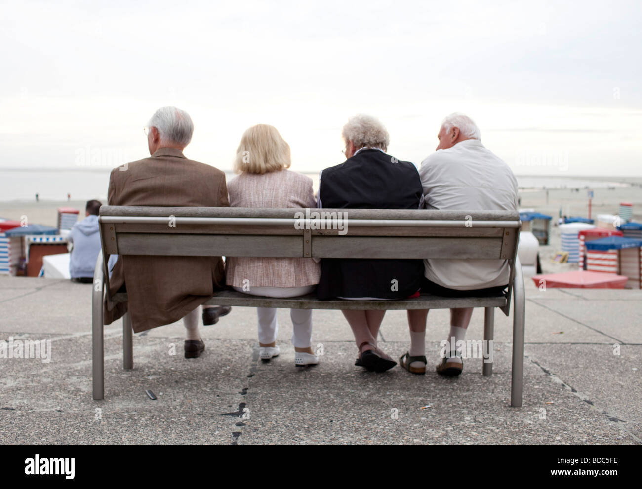 Pensioneers sittin on a bench at the Northsea - Stock Image