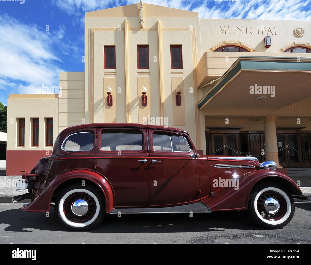 Art Deco Scene with Classic Car, Napier, New Zealand - Stock Image