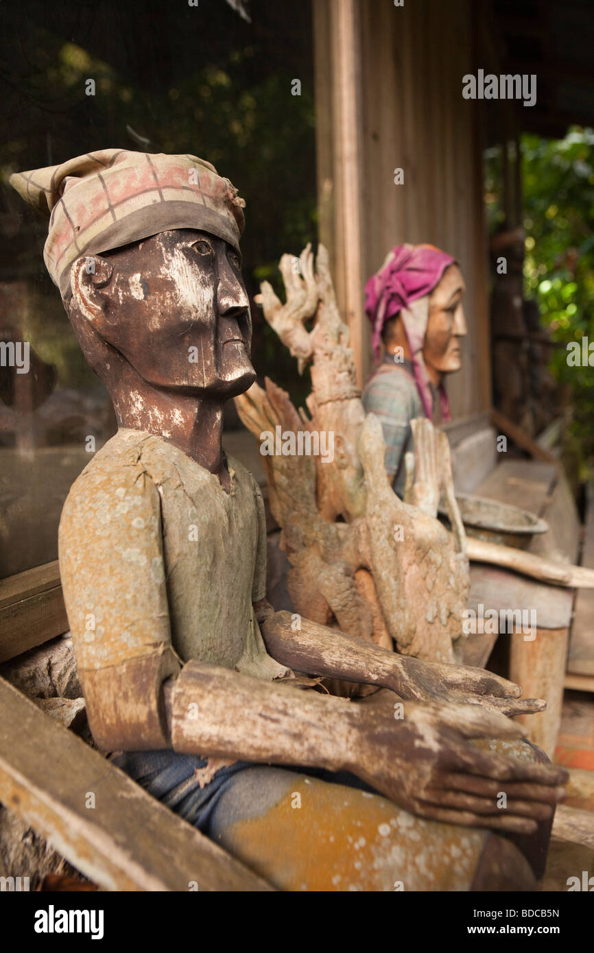Indonesia Sulawesi Tana Toraja Kete Kesu tau tau effigy figures outside souvenir shop - Stock Image