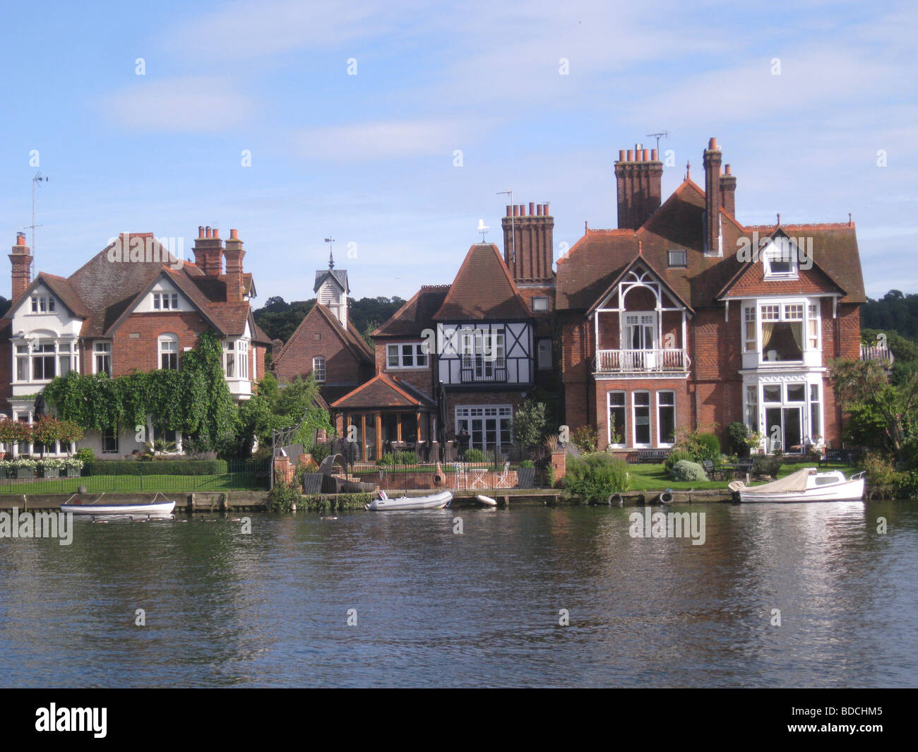 MARLOW, Buckinghamshire.  Thirties houses fronting the River Thames - Stock Image