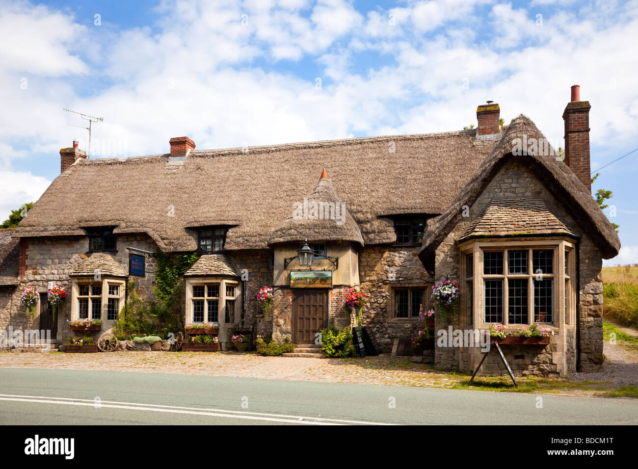 Traditional English thatched country pub, village pub - The Waggon and Horses, Beckhampton, Marlborough, Wiltshire, - Stock Image
