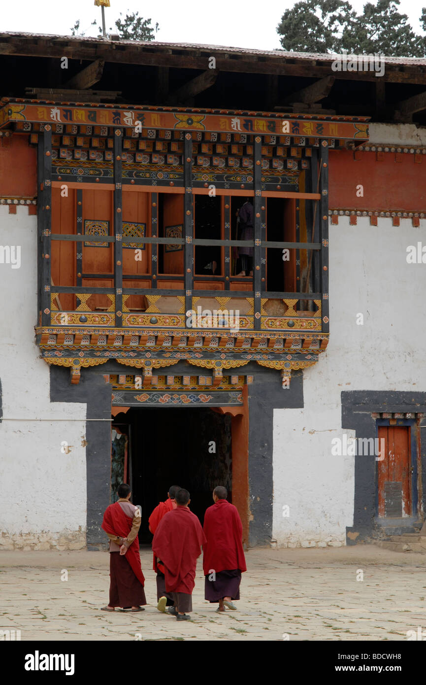 Entrance of Gangtey Gompa, the largest Nyingma monastery in Bhutan, with four monks - Stock Image