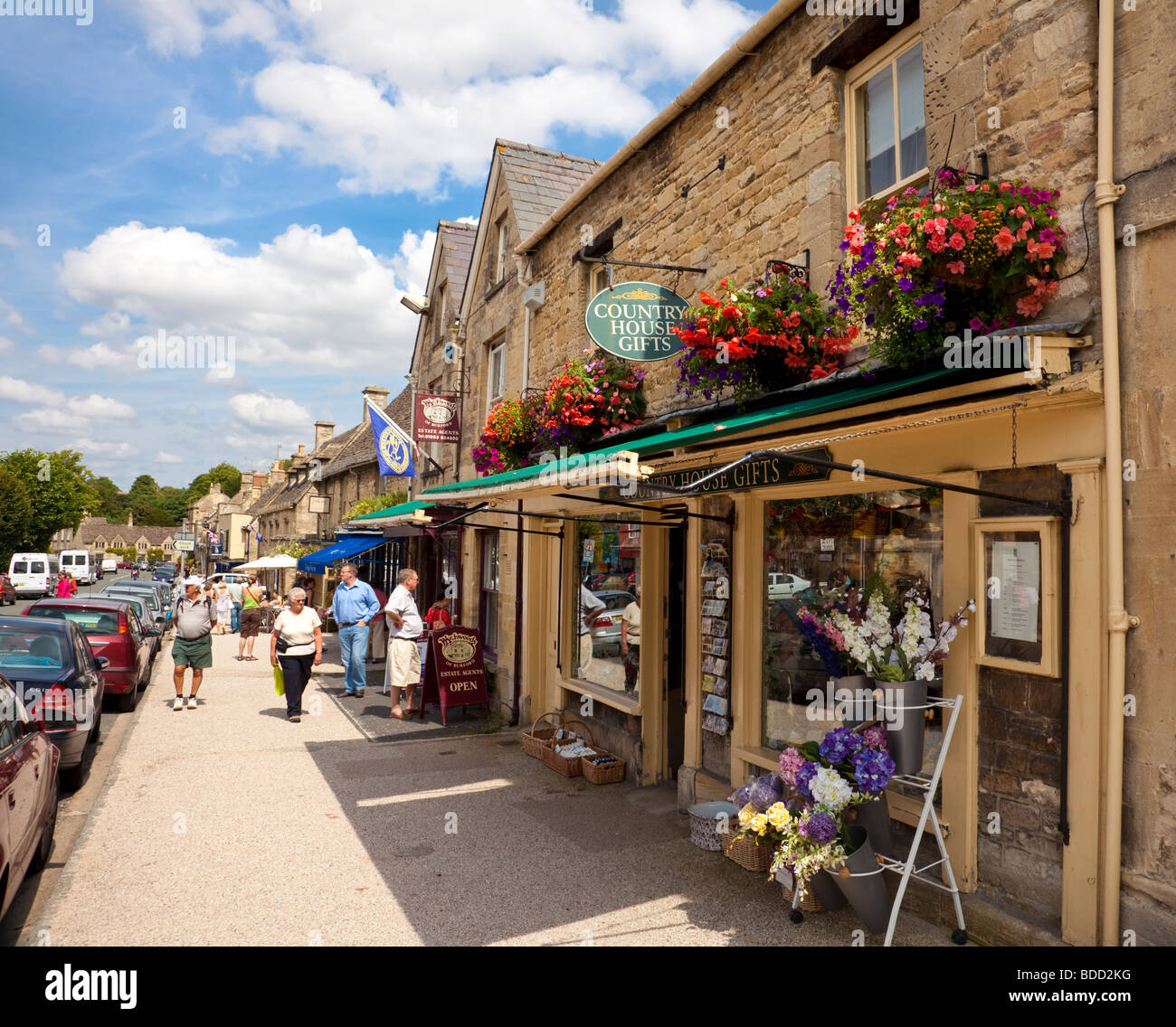 Old Cotswolds town of Burford, Oxfordshire, England, UK with shops and stores on the high street in mid summer - Stock Image