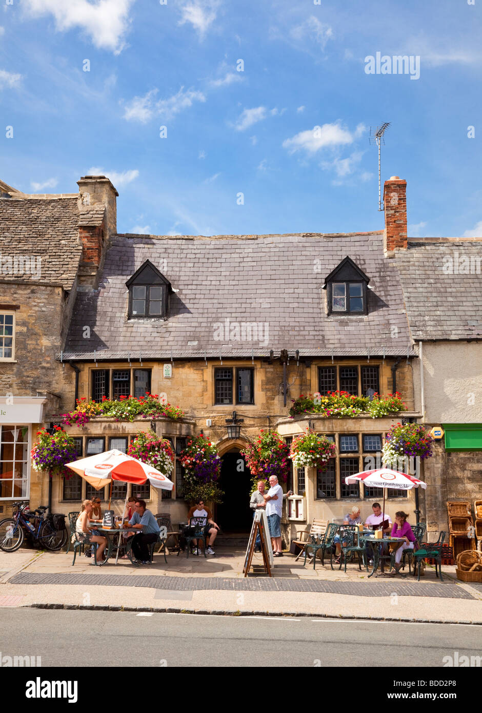 Traditional old English Pub, Burford, Cotswolds, Oxfordshire, England, UK - Stock Image