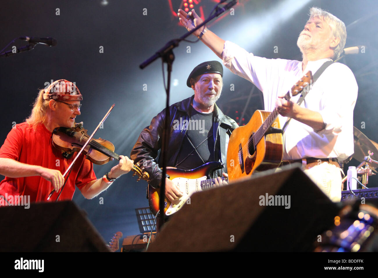 Ric Sanders with Richard Thompson and Simon Nicol at Fairport Conventions Cropredy Festival 15th August 2009 - Stock Image