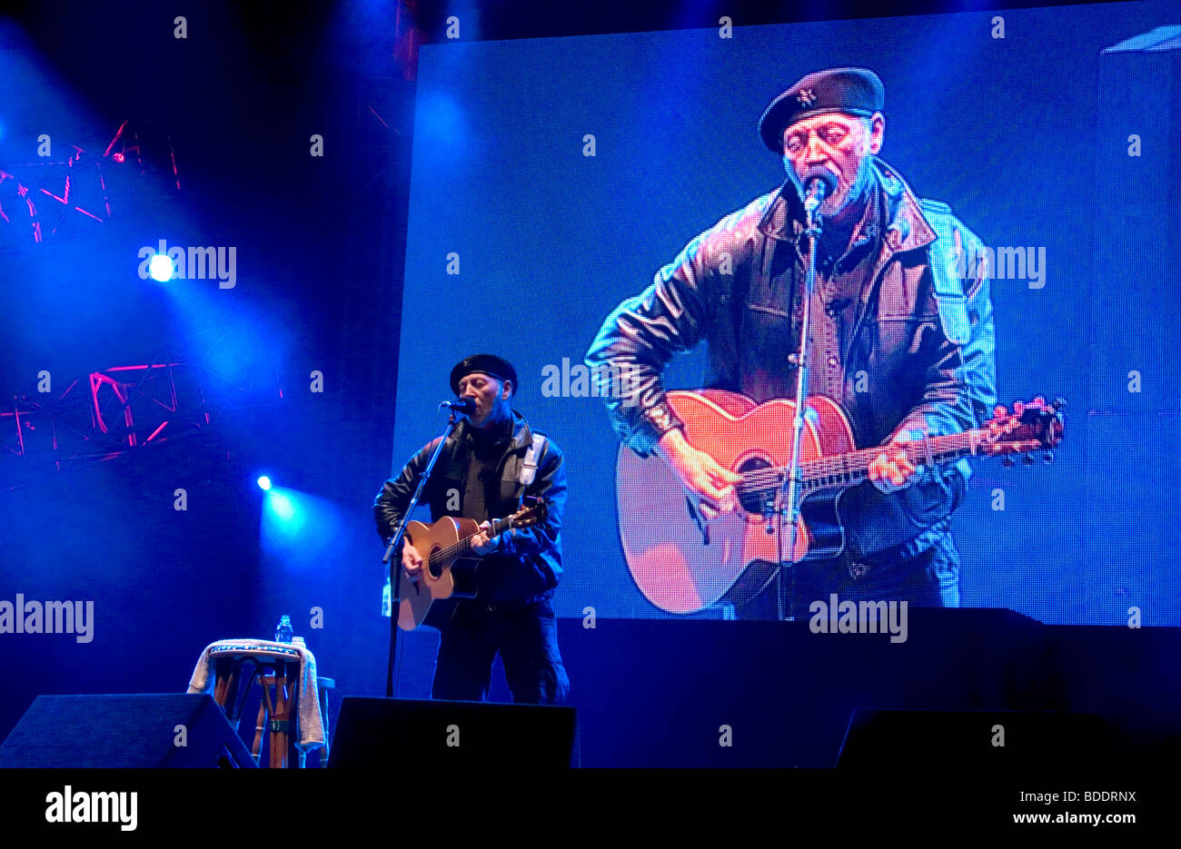 Richard Thompson playing at the Fairport's Cropredy Convention music festival 2009 Fairport's Cropredy Convention - Stock Image