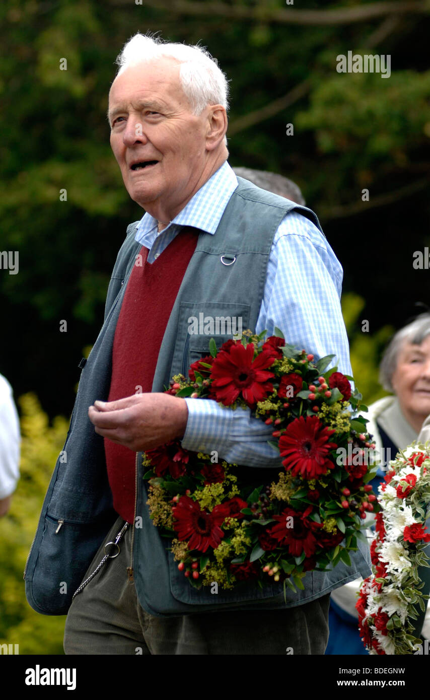 Tony Benn laying a wreath on a martyr's grave. Tolpuddle Martyrs Rally and Festival, Dorset, Britain, UK - Stock Image