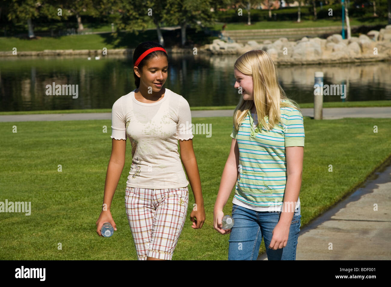 Racially mixed mix Ethnic diversity Two girls hang hanging out together  Hispanic and Caucasian junior high girls - Stock Image
