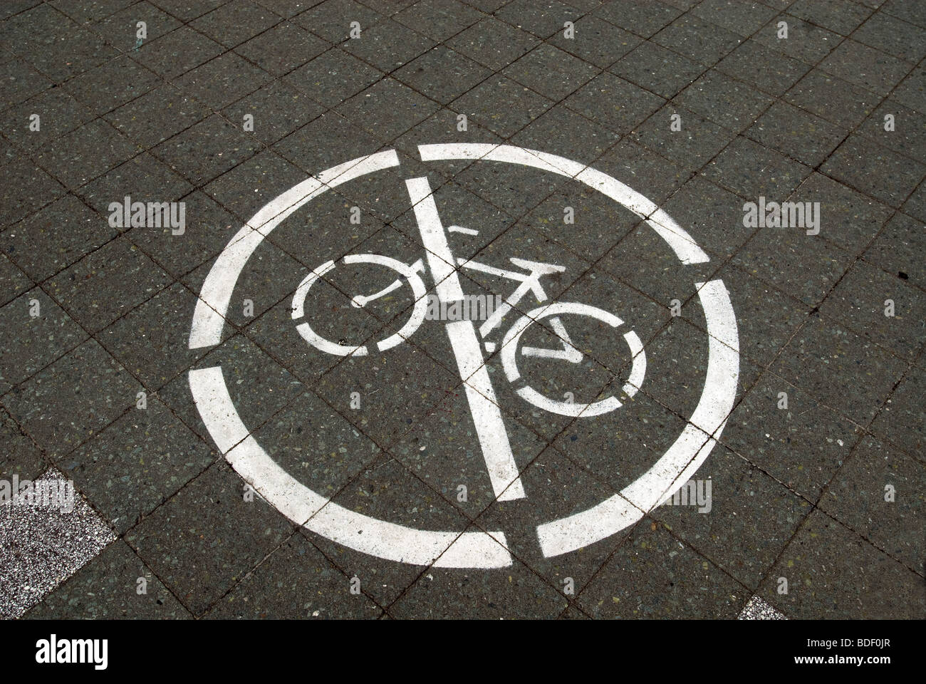 A sign in a park in New York prohibits bicycles on pedestrian pathways - Stock Image