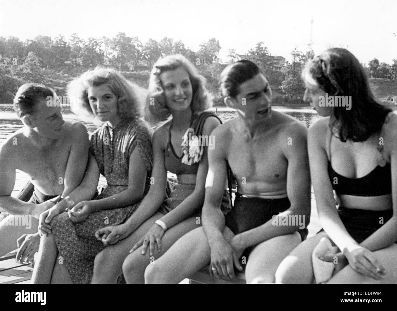 OCCUPIED GERMANY  1946 Off-duty British soldiers 'fratting' with German girls at a Berlin swimming poll - Stock Image