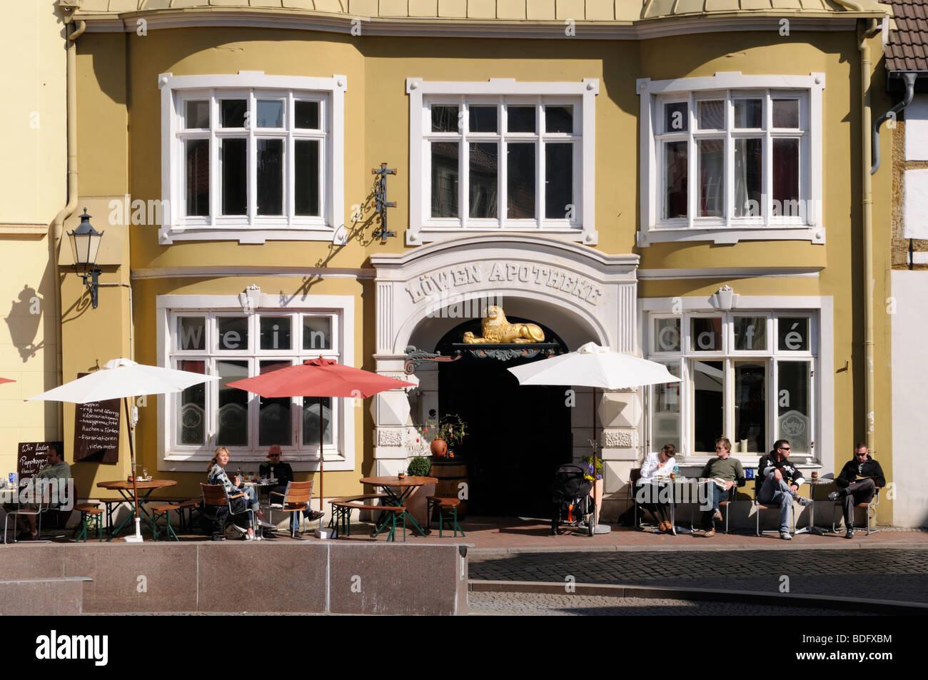 Straßencafe in Wismar Mecklenburg Vorpommern Deutschland Sidewalk cafe in Wismar Mecklenburg Western Pomerania - Stock Image
