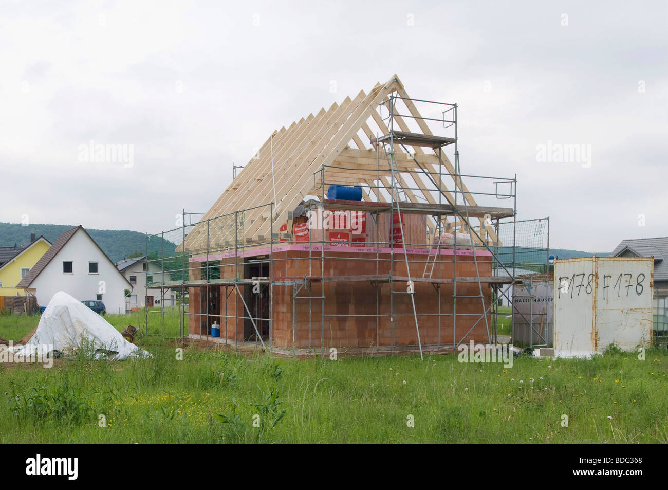 House construction, scaffolding with roof truss in a new housing estate - Stock Image