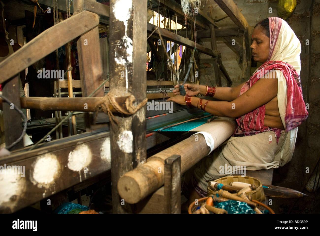 Woman working in her loom (Mme. Jhuman Das), Gopalpur, Orissa, India. - Stock Image