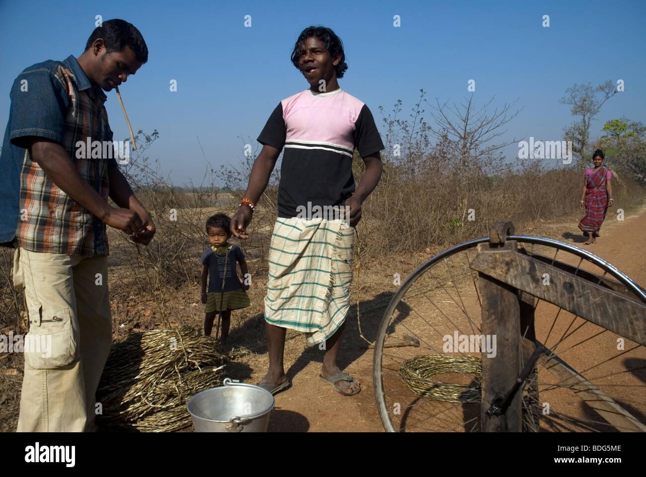 Workers in the road to Baripada, Orissa, India. - Stock Image