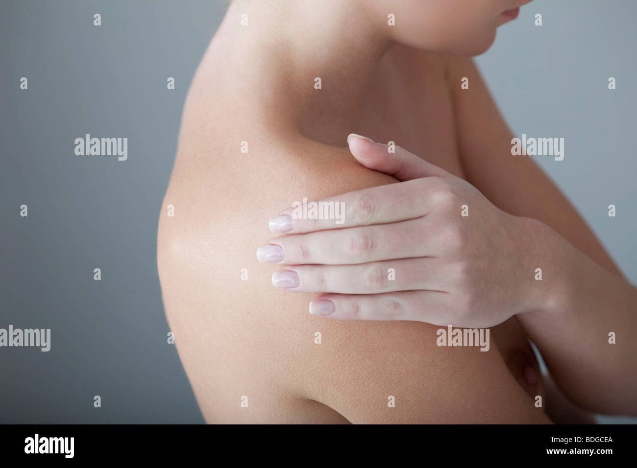 SHOULDER PAIN IN A WOMAN - Stock Image