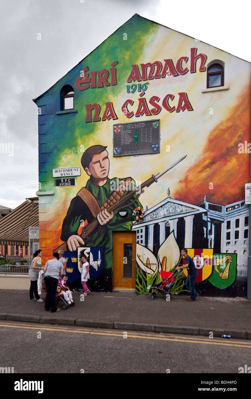 painted gable with 'Eiri amach na Casca 1916', The Easter Rising, Beechmount Avenue, Falls Road, Belfast, - Stock Image