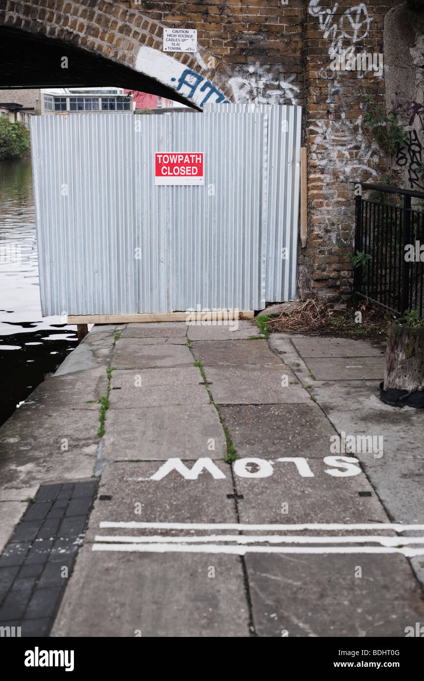 Closed towpath along Regents Canal. - Stock Image