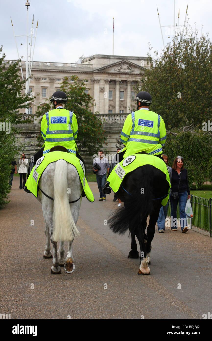 Mounted Metropolitan Police in St James Park, London, England, U.K. - Stock Image
