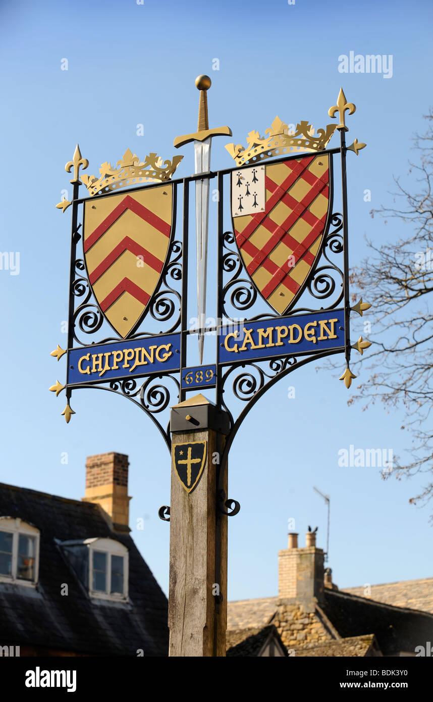 THE TOWNS SIGN WITH COAT OF ARMS NEAR THE MARKET PLACE IN CHIPPING CAMPDEN GLOUCESTERSHIRE UK - Stock Image
