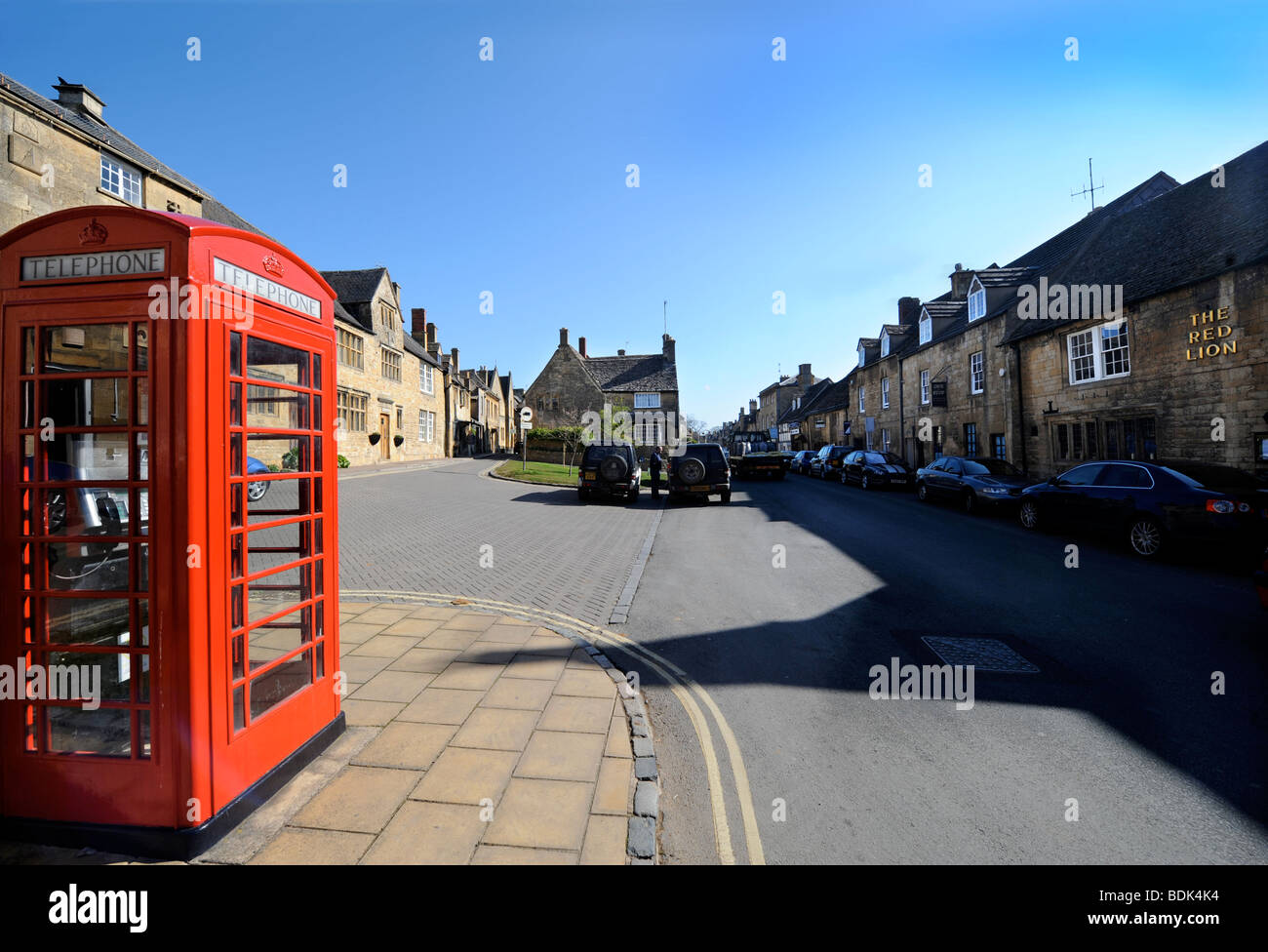 TRADITIONAL RED PHONE BOX IN CHIPPING CAMPDEN HIGH STREET GLOUCESTERSHIRE UK - Stock Image