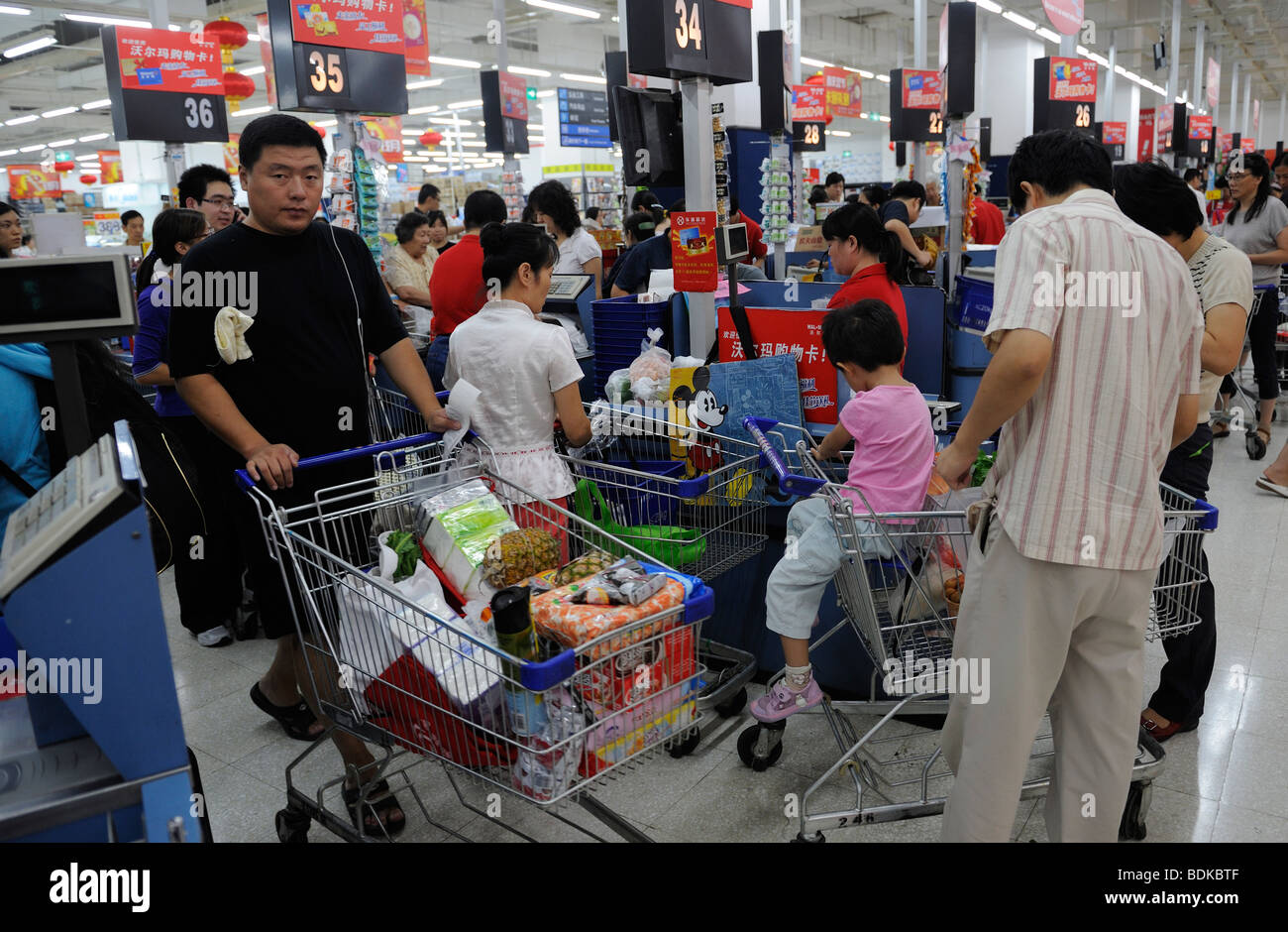 Customers at the checkout of Wal-Mart supermarket in Beijing, China. 2009 - Stock Image