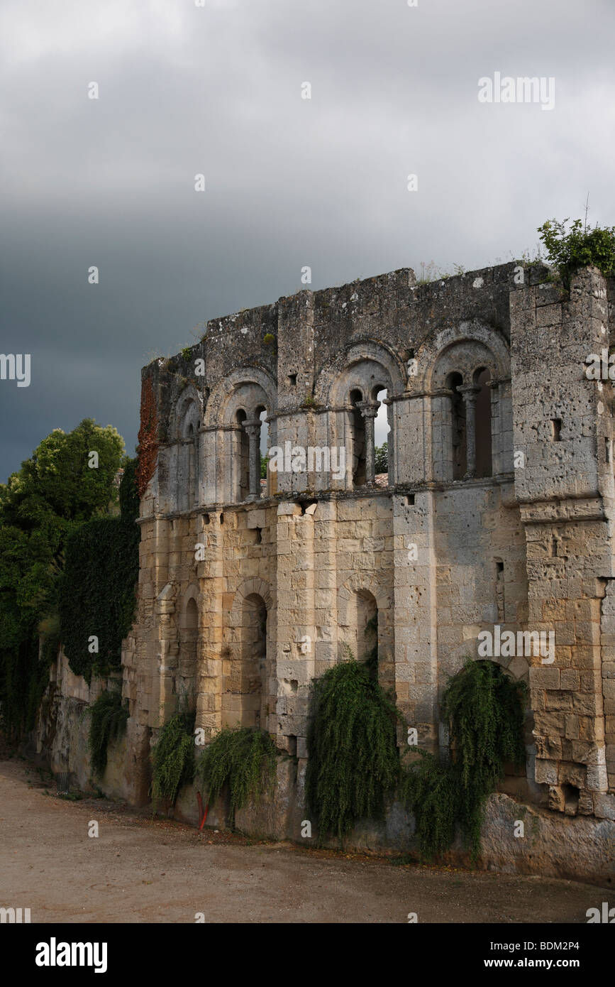 The medieval walls and Porte Bourgeoise in the town of St Emilion near Bordeaux in France - Stock Image