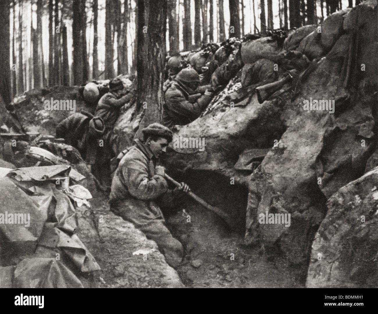 Specially enlisted navvies digging shelter trenches during First World War - Stock Image