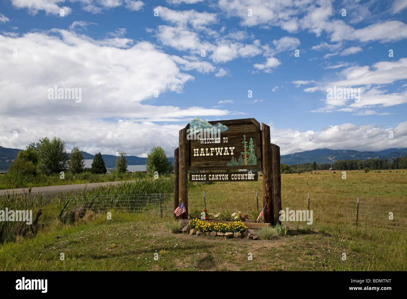 The road to Halfway, Oregon, beneath the Wallowa Mountains. - Stock Image