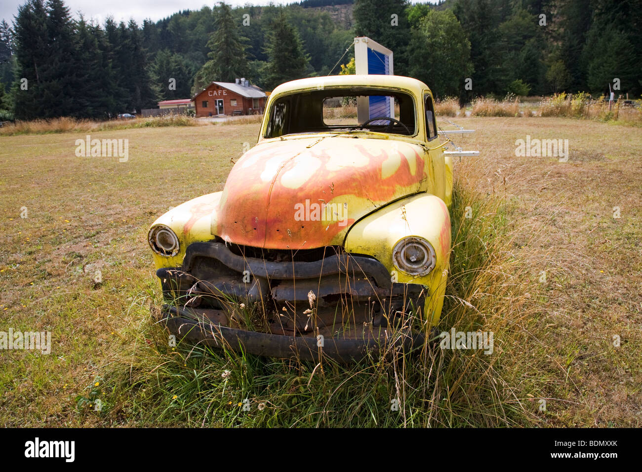 An ancient Chevrolet pickup truck rusting in a field in the Oregon Coast Range near Philomath, Oregon. - Stock Image