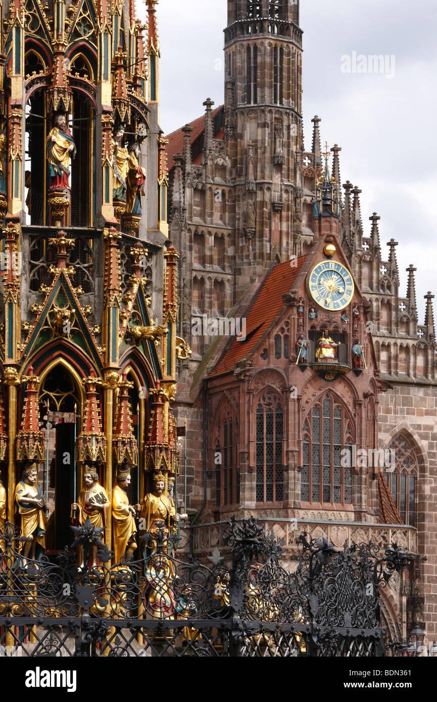 Nürnberg Frauenkirche und Brunnen '''Schöner Brunnen'' 1389 - 1396 von Parlier und - Stock Image