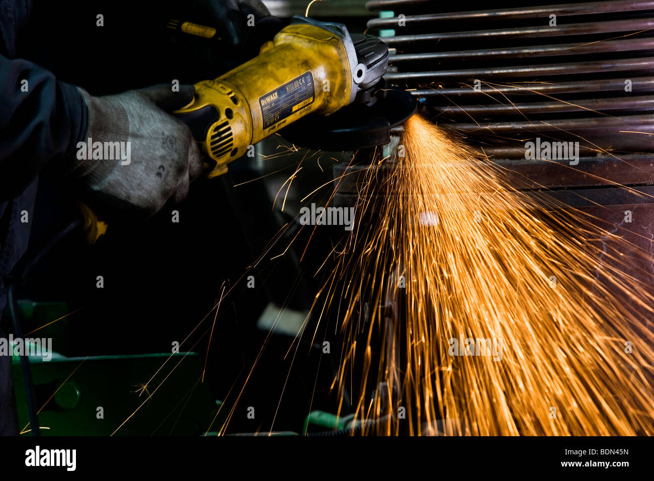Worker friction sawing - Stock Image
