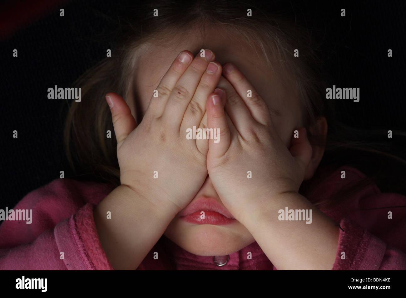 Kind hält sich die Augen zu Trauer,Schmerz Müdigkeit Depression kleines Mädchen Trotz Verweigerung - Stock Image