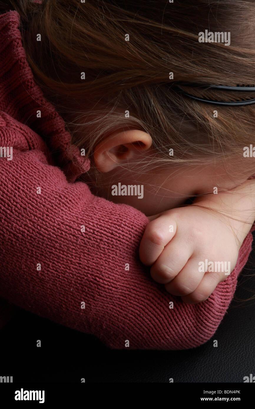 Kind Trauer,Schmerz Müdigkeit Depression kleines Mädchen Trotz Verweigerung Kindheit Childhood little - Stock Image