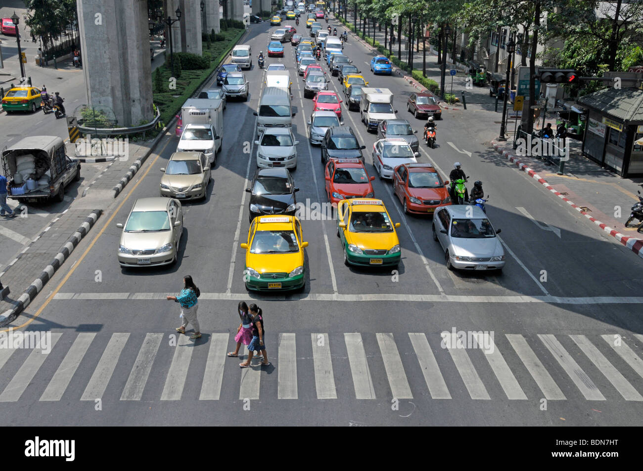 Motorbikers, moped riders and cars in traffic chaos, Ratchamnoen Klang Road, Bangkok, Thailand, Asia - Stock Image