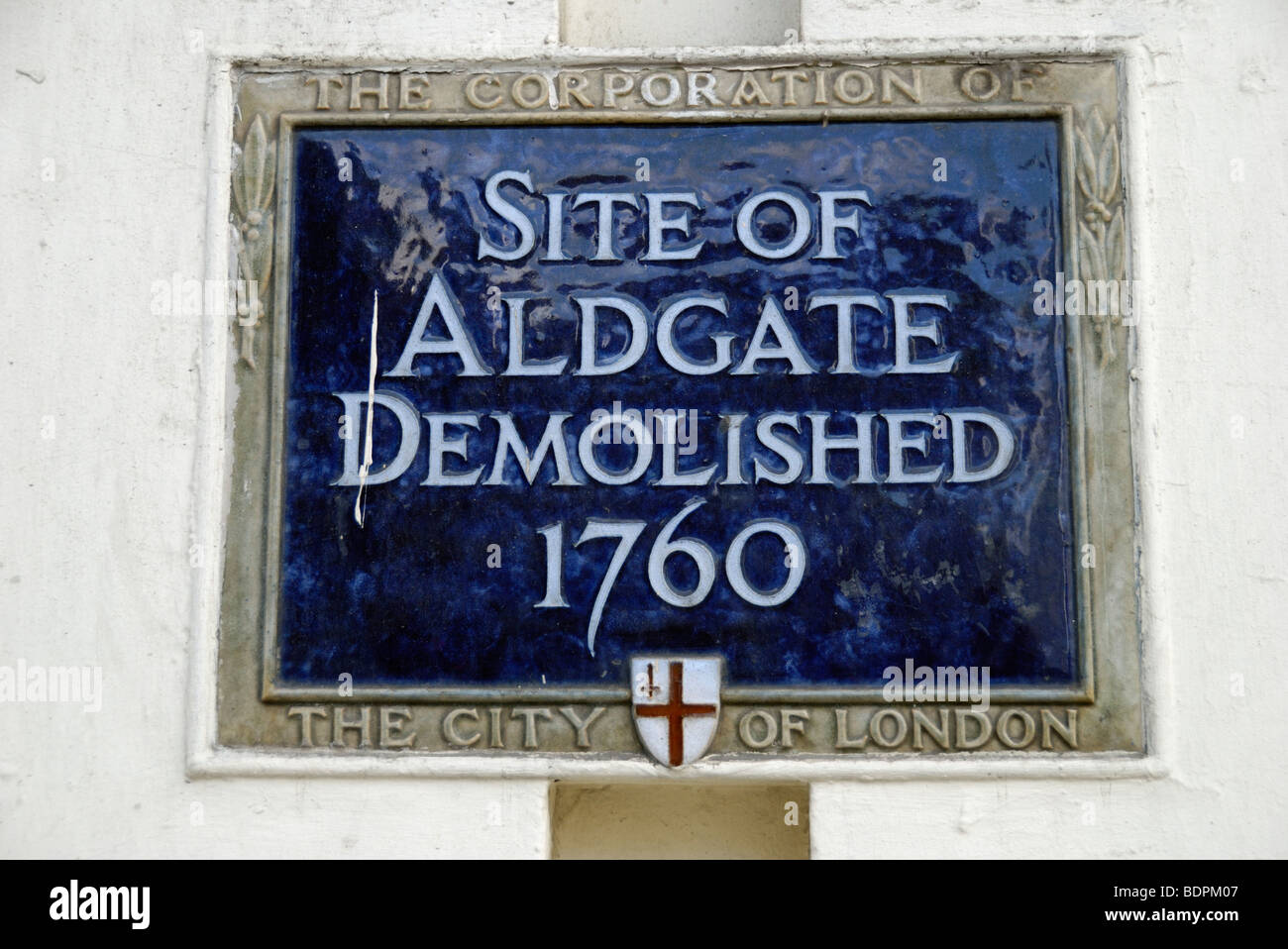 Blue plaque marking the site of the, now demolished, City of London gate called Aldgate. - Stock Image