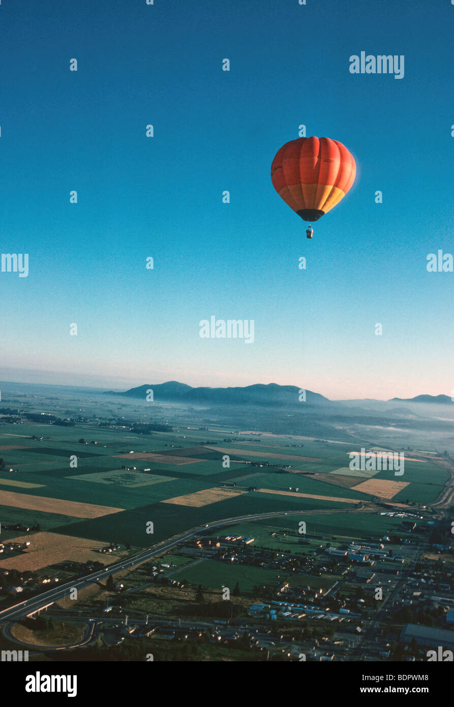 Hot air baloon over Skagit valley at sunrise - Stock Image