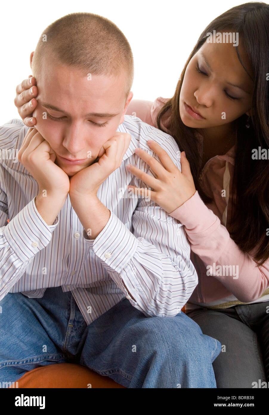 Junge Frau tr stet ihren traurigen Freund - Stock Image