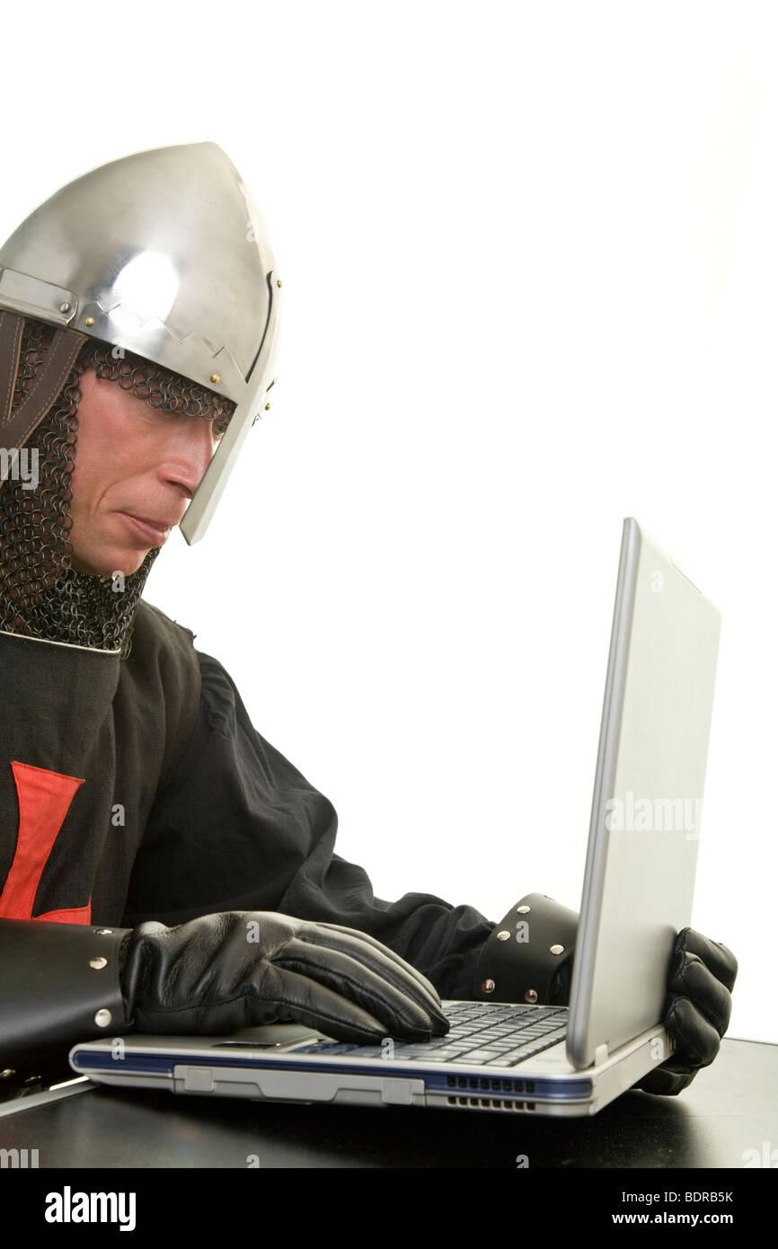 Tempelritter mit Nasalhelm arbeitet an einem Laptop Stock Photo