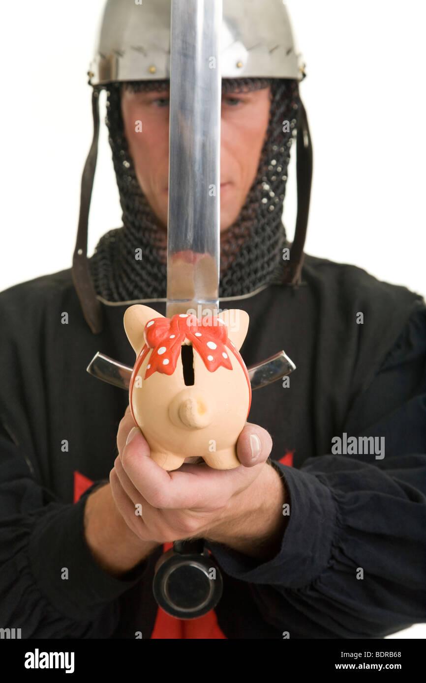 Darsteller eines Tempelritters h lt ein Sparschwein nach vorn Stock Photo