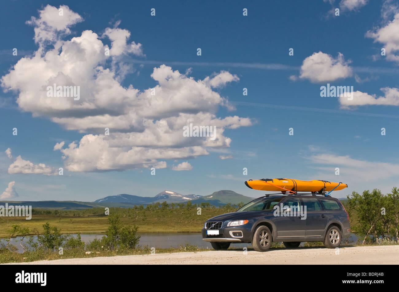 ferien mit volvo und kajak auf dem dach in haerjedalen, schweden, holliday with car kayak in sweden - Stock Image